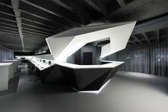 독일건축가 UNIT4가 최근에 완공한 오피스 리노베이션 프로젝트는 새롭게 입주하는 거주 인원들의 커뮤니케이션 활동 보장과 비즈니스 활동에 적합하도록 디자인 하는데 있다. 1960년대에 지어진 3층 빌딩은 이제 건축가가 제안하는 3차원 서포트와 실링에 의해 재조립된다. 기존공간의 불필요한 장식은 배제, 제거되며 공간 본연의 기능을 재조명하게 된다. 이를 통해 오피스는 건축주가 요청하는 것과 같이 작업자의 특성에..