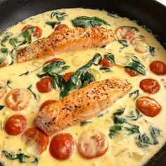 Laks i cremet sauce med tomater og spinat - Shellfish Recipes Healthy Chicken Dinner, Healthy Chicken Recipes, Cooking Recipes, Great Recipes, Dinner Recipes, Favorite Recipes, Shellfish Recipes, Dinner Is Served, Food Inspiration