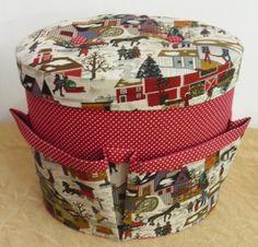 caixa oval com bolsa interna, bolsos externos e capitonê na tampa