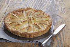 Préchauffez votre four Th.7/8 (220°C). Pelez et coupez les pommes en gros quartiers. Dans un saladier, faites fondre le chocolat et la crème 2 minutes au four à micro-ondes à 500W. Ajoutez le lait et les œufs et mélangez. Déroulez la pâte dans un moule à tarte avec la feuille de cuisson. Répartissez dessus les pommes puis versez l'appareil à base d'œufs dessus. Faites cuire en bas de four 28 minutes.