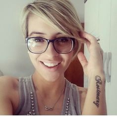 Are you wearing glasses? 10 short hairstyles for women who wear glasses - Best Women Club Latest Short Hairstyles, Hipster Hairstyles, Pretty Hairstyles, Short Hair Glasses, Hairstyles With Glasses, Very Short Hair, Short Hair Cuts, Pixie Cuts, Short Hipster Hair