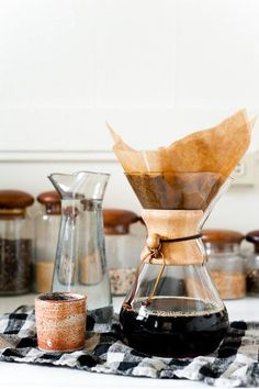 Chemex coffee pot is the best Chemex Coffee Maker, Drip Coffee, Coffee Break, Coffee Cups, Morning Coffee, Night Coffee, Coffee Creamer, 2 Cup Coffee Maker, Coffee Dripper