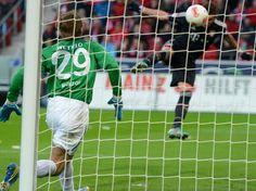 Mario Mandzukic (r) macht mit seinem Kopfballtor den Deckel drauf. Bayern München gab sich beim FSV Mainz 05 keine Blöße und gewann fast schon standesgemäß mit 3:0. Der Kroate erzielte das 2:0 und das 3:0 für den Rekordmeister. (Foto: Roland Holschneider/dpa)