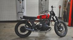 The donor bike is a BMW R80/7 from 1980: - the whole engine has been rebuilt; - a new electric starter has been mounted;