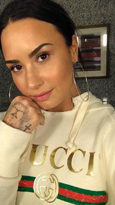 Pinterest: DEBORAHPRAHA ♥️ Demi lovato natural makeup wearing gucci sweatshirt and hoops