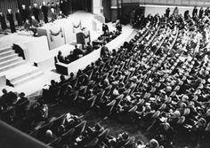 Representantes de 50 nações reúnem-se em São Francisco em 1945 para redigir a Carta das Nações Unidas (© AP Images Resources, NY)