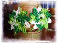 Producción propia By Uchiloki: Pendientes Crochet Verde.Realizados con la técnica de crochet en hilo 100% algodón en verde degradado a blanco, con abalorios verdes y enganche plateado. Medidas aprox. 5cmx5xcm (3.00$)