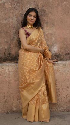 Absolute Graceful Silk Sarees Designs Are Here! Salwar Designs, Saree Blouse Designs, Saree Wearing Styles, Saree Styles, Designer Kurtis, Indian Beauty Saree, Indian Sarees, Latest Silk Sarees, Golden Saree