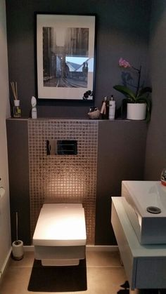 Gäste-WC The post Wat een apart design toilet. Gäste-WC appeared first on Badezimmer ideen. Guest Toilet, Small Toilet, Wc Design, House Design, Interior Design, Clever Design, Modern Interior, Ideas Baños, Tile Ideas