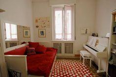 La figlia pianista, ai vetri tendine rosa home made
