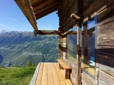 🌟Tante S!fr@ loves this📌🌟TLM, transformation d'un grenier, Vallese, 2011 - Savioz Fabrizzi Architecte Mountain Cottage, Mountain Living, Cabin Homes, Log Homes, Swiss House, Living In Europe, Farmhouse Remodel, Cabins In The Woods, Types Of Houses