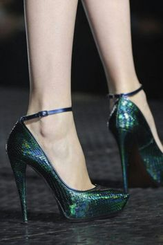 Stunning green shoes with snake skin pattern.