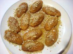 Μελομακάρονα με καρύδι και μέλι στη ζύμη. Μια υπέροχη συνταγή για μελομακάρονα, το παραδοσιακό Χριστουγεννιάτικο γλυκό με την υπογραφή του Ηλ. Μαμαλάκη. Κα