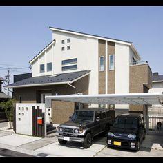 片流れ屋根とプチFix窓やスリット窓がモダンな外観デザイン。街並にもよく調和する、ホワイトとブラウンの落ち着きあるカラーコーディネート。
