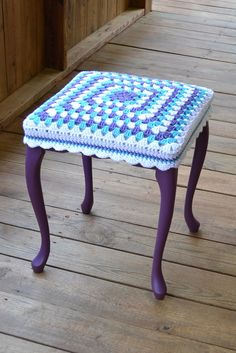 Taburete con Granny Square Crochet cubierta púrpura azul blanco madera pie taburete Upcycle reciclar littlestsister