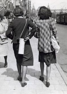 1940. Two ladies with gas masks on their backs at Damrak in Amsterdam during the war days between May 10 and May 15, 1940. Photo Spaarnestad. #amsterdam #worldwar2 #damrak