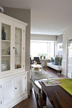 witte buffetkast in jaren 30 huis | white corner cabinet in 30's house | Stylist en Interieurontwerper www.stijlidee.nl