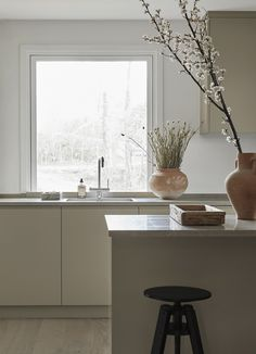 Soft greige tone and a beautiful limestone countertop. For more kitchen inspiration, interior design and ideas visit www. Nordic Kitchen, Minimal Kitchen, Layout Design, Küchen Design, Limestone Countertops, Quartz Countertops, Country Look, Greige, Kitchens