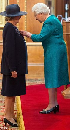 10/17/2014: Queen Elizabeth II presents Dame Maggie Smith with the Order of the Companions of Honour (Westminster, London)