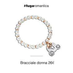 Bracciale con perle sintetiche e charm a forma di carrozza in acciaio e campanellino in IP rosa Luca Barra Gioielli. #bracciale #lucabarra #tendenzemoda #outfit #blogdimoda #newcollection #fashion #style