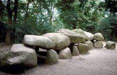 Hier zie je de hunebedden in Nederland. De boeren bouwden ze om de lijken in te begraven. Ze geloofden in leven na de dood. Ook gaven ze grafgiften mee.