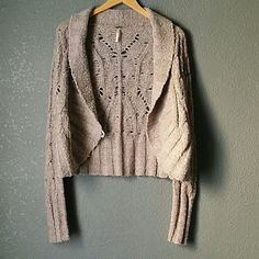 《FREE PEOPLE》 The button is a bit loose but nothing major to this cardigan. Free People Sweaters Cardigans
