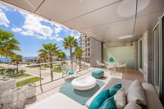 The distribution of the approx. 203 m² living area is as follows: living and dining area, fully equiped kitchen, 4 bedrooms, 4 bathrooms as well as a terrace of approx. 37 m² with nice views to the Portixol harbour.
