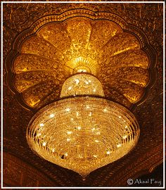 gorgeous chandelier at the entrance of Sri Darbar Sahib (Golden Temple) in Punjab, India Unique Lighting, Home Lighting, Lighting Design, Lustre Bronze, Luz Artificial, Golden Temple, Gold Aesthetic, Shades Of Gold, Thomas Kinkade
