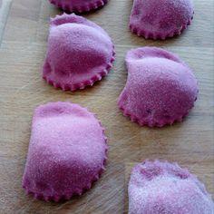 Ravioli alle rape Veggie Recipes, Pasta Recipes, Healthy Recipes, Italian Dishes, Italian Recipes, Make Your Own Pasta, Pink Foods, Fresh Pasta, Homemade Pasta