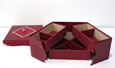 Boite à bijoux gainée de simili cuir, de papier fantaisie et d'éfalin beige. Réalisée par Marie-Claude E.