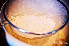 Jauhojen siivilöinti by Foodassion, via Flickr