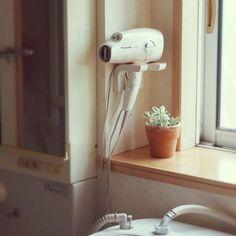 ドライヤーって意外とごつくてかさばって、コード類もごちゃごちゃするので、ちょっとお片付けしにくいなと感じる物の1つではないでしょうか。今回は、そんなドライヤーをスタイリッシュに収納できる素敵な収納例をご紹介します! Dining Room Design, Interior Design Kitchen, Woodworking Projects, Diy Projects, Organizing Hair Accessories, Wet Rooms, Laundry In Bathroom, Japanese House, Shower Tub