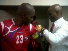 Twitter/ @fannycardoze  Jorge Dely Valdes colocandole la banda de Capitan a @pinbaloy23 @Cerveza_Panama
