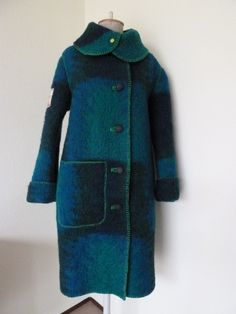 Winterjas van een gebruikte wollen deken. Ik maak ze in alle maten en kleuren. Het maken is  zo leuk om van een deken weer een gebruiksvoorwerp te maken. Voordat ik begin met maken, was ik de jas eerst de jas in de wasmachine, zodat de wol nog wat krimpt. Een super warme jas!!!