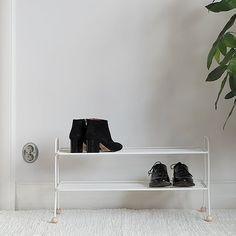 Skohylle, Bill i hvit, fra Maze. Praktisk og flott skohylle som tar vare på dine sko og samtidig holder yttergangen ryddig og pen. Skohyllen er laget av pulverlakkert metall og utsmykket med dekorative trekuler. Med sitt enkle og smale design er den enkel å plassere i hvilken som helst gang, stor som liten.Produktene fra Maze er produsert etter Slow Production-prinsippet, og alle metalltrådprodukter er laget av resirkulert metall. Shoe Rack, Interior, Shoes, Design, Metal, Zapatos, Indoor, Shoes Outlet, Shoe Racks