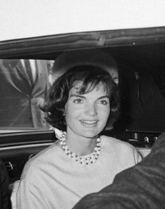 Jackie Kennedy's style inspired a generation of women. Read more to find out how to dress and accessorize like Jacqueline Kennedy Onassis. Jackie Oh, Jackie Kennedy Style, Los Kennedy, Jacqueline Kennedy Onassis, John F Kennedy, Jaqueline Kennedy, Blue Silk Dress, Queen, Jfk