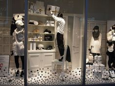 (A través de CASA REINAL) >>>>>  H&M Window Display - Japan