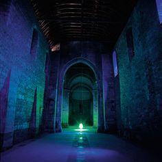 Intervention artistique dans les 3 églises romanes Saint-Hilaire, Saint-Pierre et Saint-Savinien. Les trois installations «primaires» (bleu, rouge et jaune) sont …