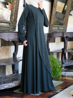 When you're looking for an abaya that keeps you glamorous without compromising. Niqab Fashion, Muslim Fashion, Modest Fashion, Fashion Dresses, Hijab Mode, Abaya Mode, Abaya Designs, Hijab Style Dress, Hijab Outfit