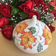 Image may contain: flower and plant Pottery Painting, Pottery Art, Painted Glass Vases, Painted Porcelain, Batik Art, Vase Arrangements, Cool Curtains, Tea Art, Owls