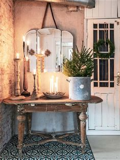 A rustic decoration always manages to create warm environments. And Christmas is not the exception, we offer you a host of different ideas to get a rustic Christmas decor. From the decoration of the tree to how to dress your table at Christmas. Rustic Christmas, Christmas Home, Christmas Entryway, Simple Christmas, Swedish Christmas Decorations, Minimalist Christmas, Winter Decorations, Natural Christmas, Swedish Decor