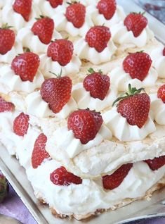 Himmelsk jordgubbstårta Pie Recipes, Dessert Recipes, Desserts, Recipies, Meringue Pavlova, Raspberry, Strawberry, Scandinavian Food, Swedish Recipes