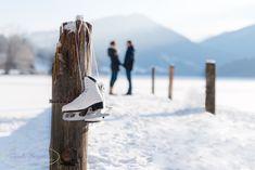Eisiges Paarshooting am zugefrorenen Lunzer See mit Eislaufschuhen. Snow, Outdoor, Ice Skating, Outdoors, Outdoor Life, Garden, Human Eye
