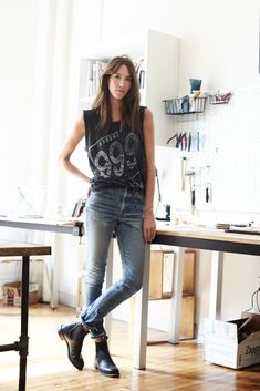 How to wear chelsea boots - Chelsea boots with rolled jeans and rock tank top Estilo Hippy, Estilo Rock, Looks Street Style, Looks Style, Estilo Boyish, Look Fashion, Fashion Models, Winter Fashion, Fashion Trends