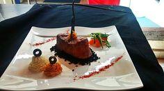 Lomo en tierra de aceitunas negras con puré de papa y zanahoria
