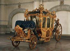Kröningsvagnen, byggd 1696 på uppdrag av Karl XI, som använts av drottningar i kröningsprocession under 1700-1800-talen, är den äldsta och mest påkostade av de fem utställda vagnarna