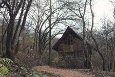 Mysterious cabin Where i want to live House Of The Rising Sun, Gothic Aesthetic, Forest House, Pretty Photos, Dark Places, Cabins In The Woods, Abandoned Places, Cemetery, Photo Credit