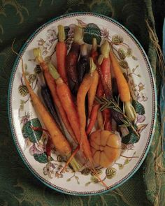 Honey-Glazed Carrots with Garlic. Caramelized in a sweet-and-spicy blend of honey, rosemary, and dried red chile, these colorful roots bring a subtle heat to the meal. Garlic Recipes, Vegetable Recipes, Honey Glazed Carrots, Spicy Carrots, Thanksgiving Side Dishes, Vegetarian Thanksgiving, Thanksgiving 2013, Thanksgiving Blessings, Going Vegetarian