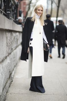 A long turtleneck paired with a coat and wide-leg pants.