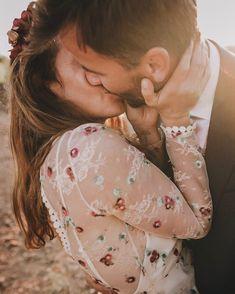 Couple Boho, #indie #wedding #bohochic #immacle wedding dress, sunset Boho Wedding, Floral, Boho Chic, Brides, Indie, Wedding Inspiration, Sunset, Couple Photos, Couples